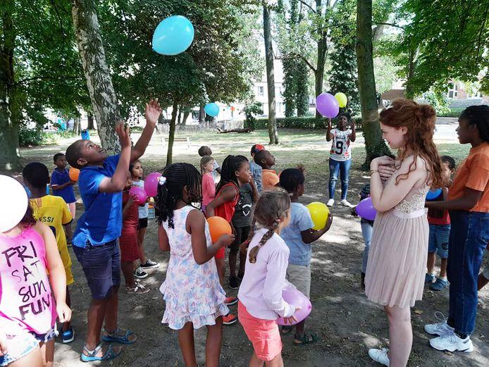 Een beeld van tijdens een activiteit van de zomerschool vorig jaar, één van de initiatieven die de gemeente neemt om het Nederlands te bevorderen.