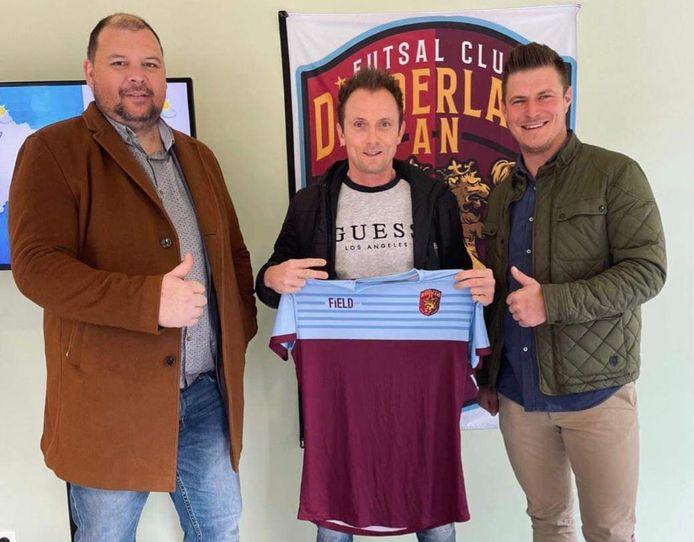 Eddy 'Light' (midden), de nieuwe jeugdtrainer van Futsal Club Denderland met voorzitter Kristoff Pletinckx en ondervoorzitter Bruno Ardans.