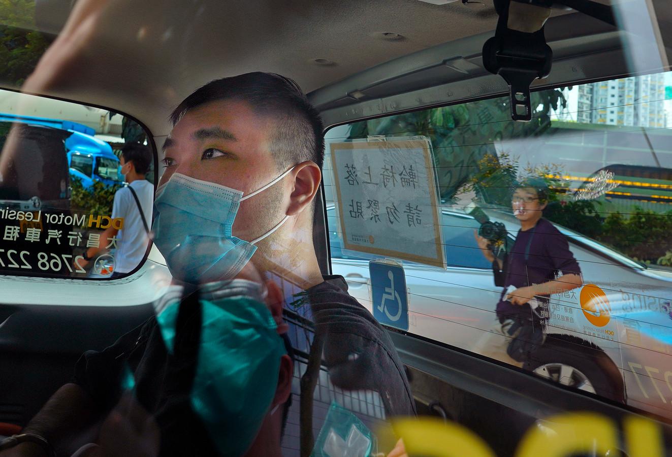 Tong Ying-kit arriveert bij de rechtbank voor de behandeling van zijn zaak.