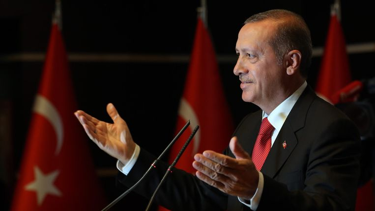 De Turkse president Tayyip Erdogan. De Turkse regering ontkent wapenleveranties aan extremistische groeperingen in Syrië. Sinds de ontvoering van de Turkse burgers in Mosoel geldt ook een publicatieverbod omtrent deze kwestie. Beeld ap