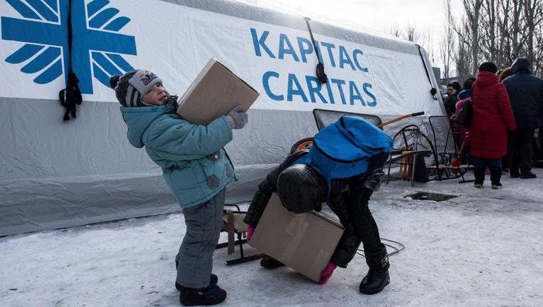Kinderen aan een centrum voor humanitaire hulp in Avdiivka.