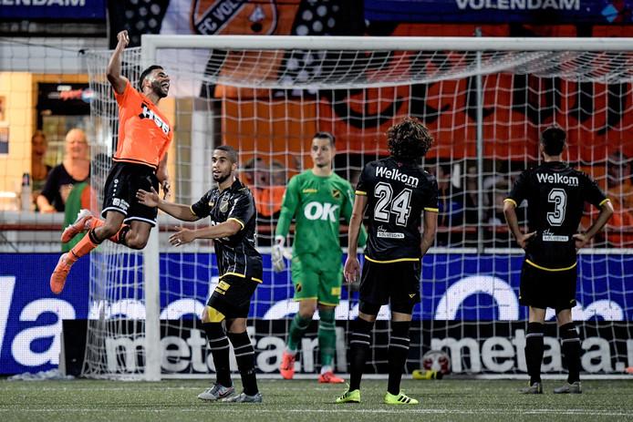FC Volendam viert de winnende treffer in de blessuretijd van de wedstrijd.