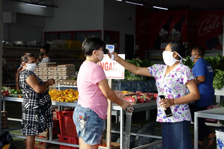 Surinamers doen inkopen in een supermarkt, op de dag dat president Bouterse verscherpte maatregelen aankondigt. Na een toename van het aantal coronapatienten gaat Suriname vermoedelijk in lockdown.  Beeld ANP / Ranu Abhelakh