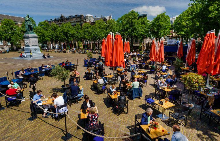 Bezoekers op een terras in het centrum van Den Haag.  Beeld ANP