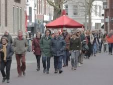 Tientallen aanhangers van Pieter Omtzigt lopen in Enschede steunmars voor CDA-Kamerlid