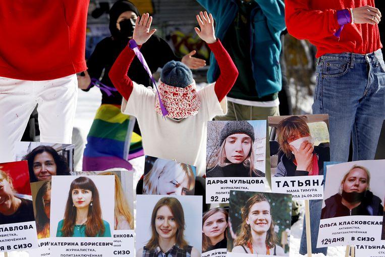 Demonstranten vragen aandacht voor de vrouwelijke activisten die werden opgepakt tijdens de demonstraties naar aanleiding van de recente verkiezingen in Belarus. Beeld AFP