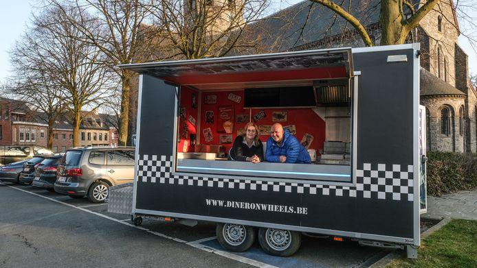 Tony Vandenbulcke en Cindy Snyers, in hun foodtruck Diner On Wheels, op Rollegemplaats