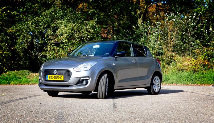 De Suzuki Swift blinkt uit in prijs en betrouwbaarheid, maar er is iets te veel bezuinigd op de kwaliteitsbeleving.