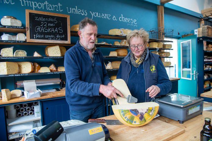 Joke van de Crommert en Marinus Post van Kaasboerderij Heileuver snijden de graskaas aan.