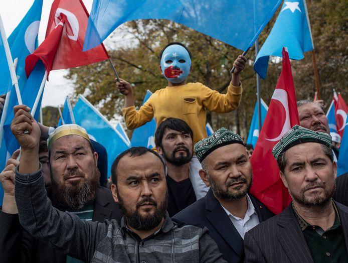 Turkse en Oeigoerse demonstranten tijdens een betoging in Istanboel, in november 2018, tegen het door China opsluiten van Oeigoeren in interneringskampen. De Oeigoeren zijn een Turkse etnische groep.