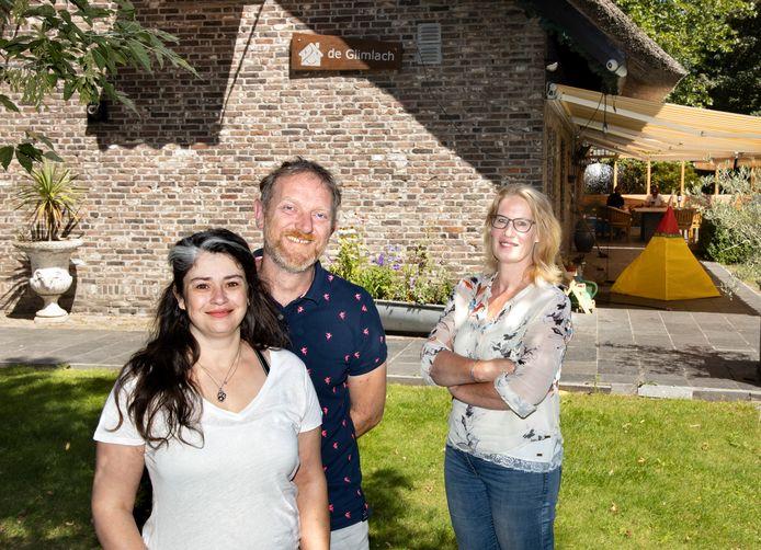 Bianca en Stephan van Vegchel van gezinshuis De Glimlach en kinder- en jeugdpsycholoog Marinda van Veelen.