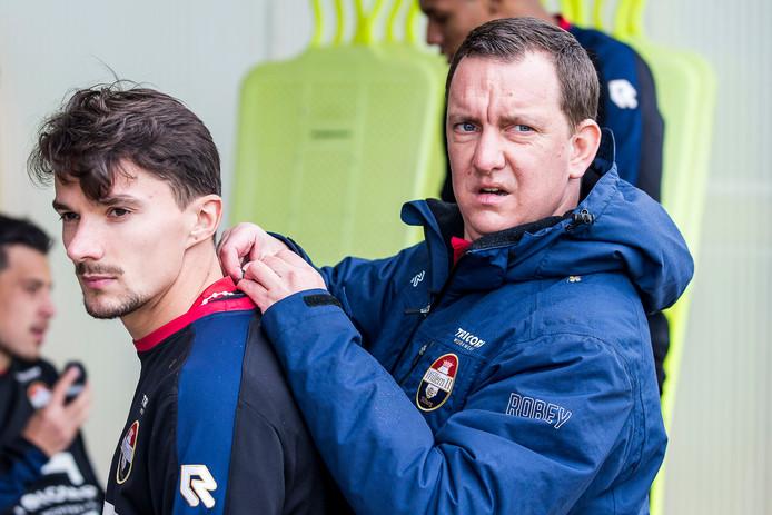 Willem II in Portugal, Werner Martens plaats een chip bij Jordy Croux