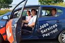 Buitenlandse werknemers van NL Jobs reden donderdag in auto's van het uitzendbedrijf naar de vaccinatiestraat van de GGD in Roosendaal.