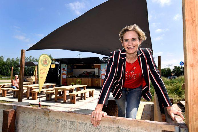 Onderneemster Marijn van Amstel-Okkerman bij de nieuwe tijdelijke horecavoorziening op het Cattenbroekerstrand.
