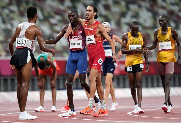 De Spanjaard Mohamed Katir slaat en arm om de Amerikaan Paul Chelimo na de 5000 meter.