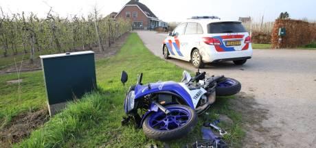 Motorrijder klapt tegen verkeersbord na botsing met bedrijfsbus in Meteren