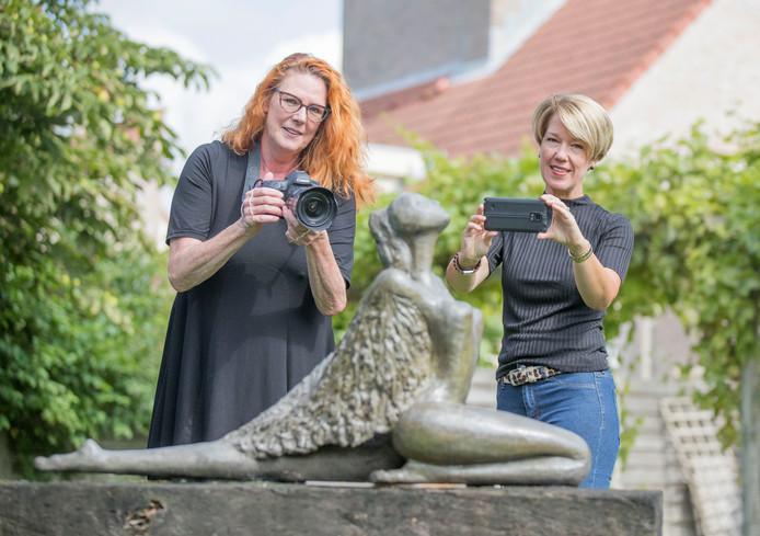 Yvonne Oyevaar (links) en Ruth Elenbaas schieten een plaat voor de fotowedstrijd met het onderwerp 'de laatste levensfase'. Beiden zijn vrijwilliger bij ClaraThuis in Goes.