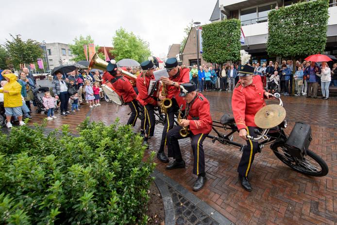 Het Brabants Fietsorkest zorgde ondanks de regen voor lachende gezichten.