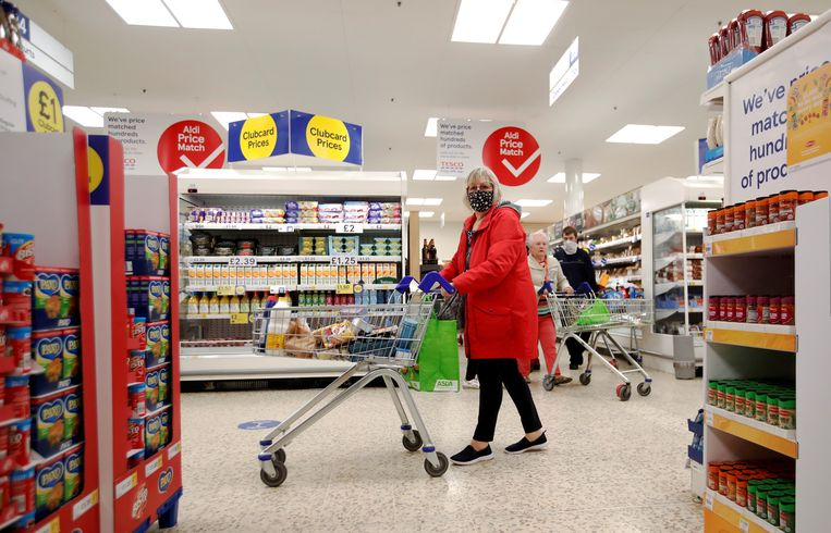 Een klant in een Tesco supermarkt in Hatfield. Beeld REUTERS