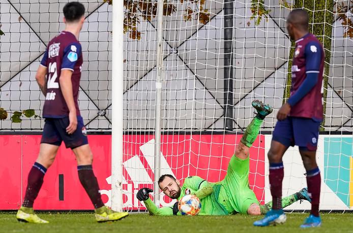 Georgios Strezos redt op een inzet van Ajax.