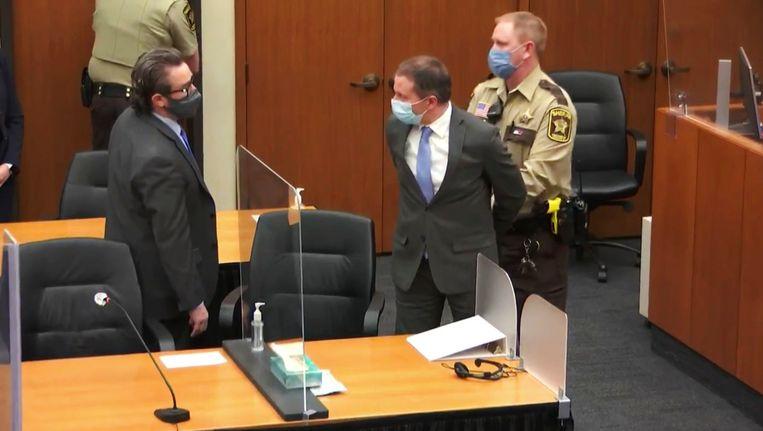 Derek Chauvin krijgt handboeien om, nadat de jury bekend heeft gemaakt dat hij schuldig is bevonden aan de dood van George Floyd. Beeld AP