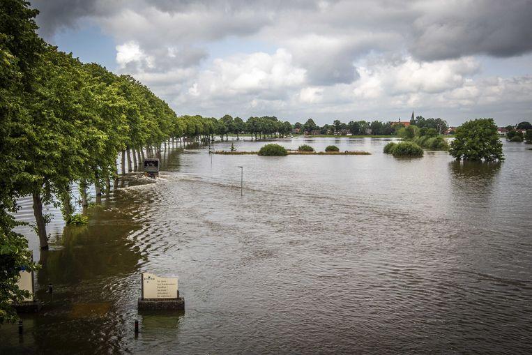 Bewoners kunnen met hulp van een pendeldienst, uitgevoerd door defensie, door het hoge water van de Maas tussen Bergen en Nieuw Berge worden vervoerd. Het waterpeil in de Maas daalt, waardoor het Limburgse dorp dat geïsoleerd raakte weer bereikbaar is.  Beeld ANP