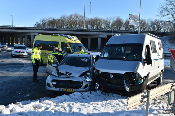 Op de Zutphensestraat in Apeldoorn zijn een personenauto en een camper met elkaar in botsing gekomen.
