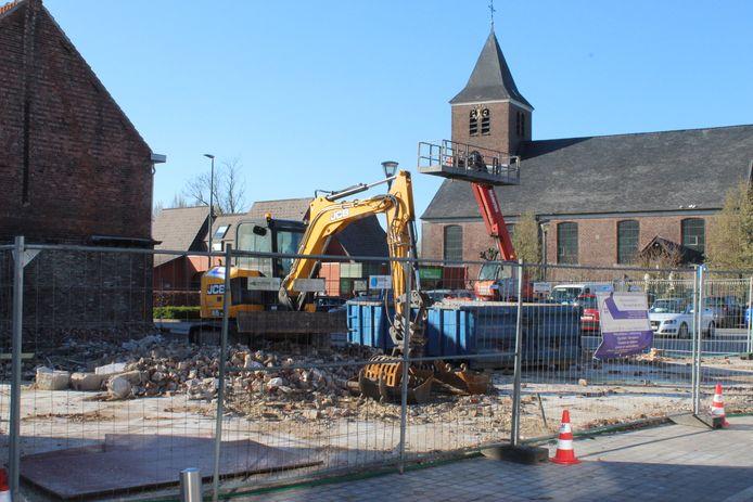 Het vroegere café 't Evenwicht is nu een groot gat naast de kerk van Oosteeklo.