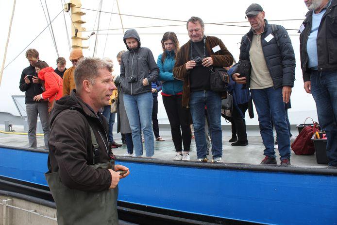 Oesterkweker Jaap Muller uit Bruinisse nam deze week, speciaal voor het NK Oestersteken, mensen van diverse media uit België en Nederland mee naar een oesterbank in de Grevelingen waar ze konden snorkelen. En een oestertje proeven