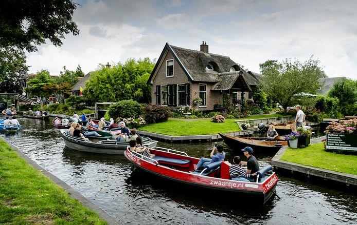 Nieuwe vaarverordening in Giethoorn: voortaan betalen alle bootverhuurders per boot. Dus ook voor de uitleen-boten in vakantieparken en B&B's. (Archieffoto)