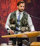 Thierry Baudet draagt een kogelwerend vest tijdens het debat met minister Jeanine Hennis van Defensie over het fatale ongeluk met Nederlandse militairen in Mali.