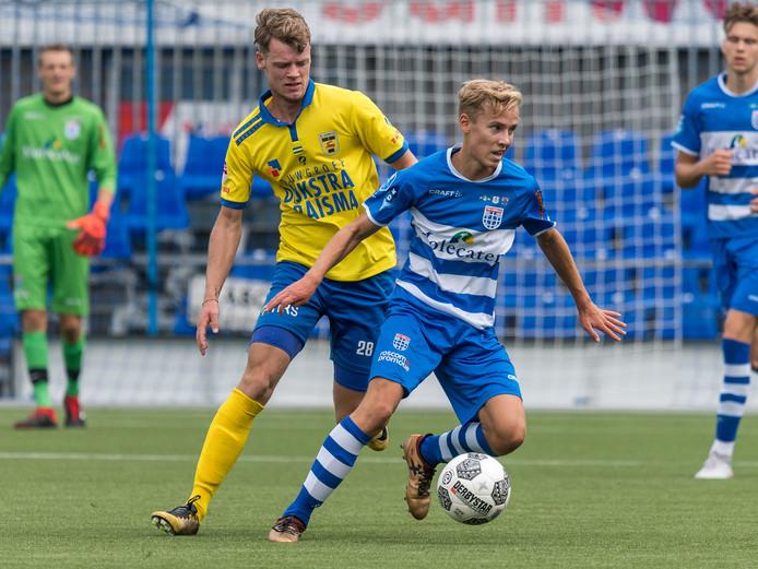 Dean Huiberts aan de bal in het shirt van PEC Zwolle.