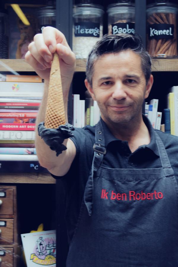 Roberto showt zijn zwarte ijsje.