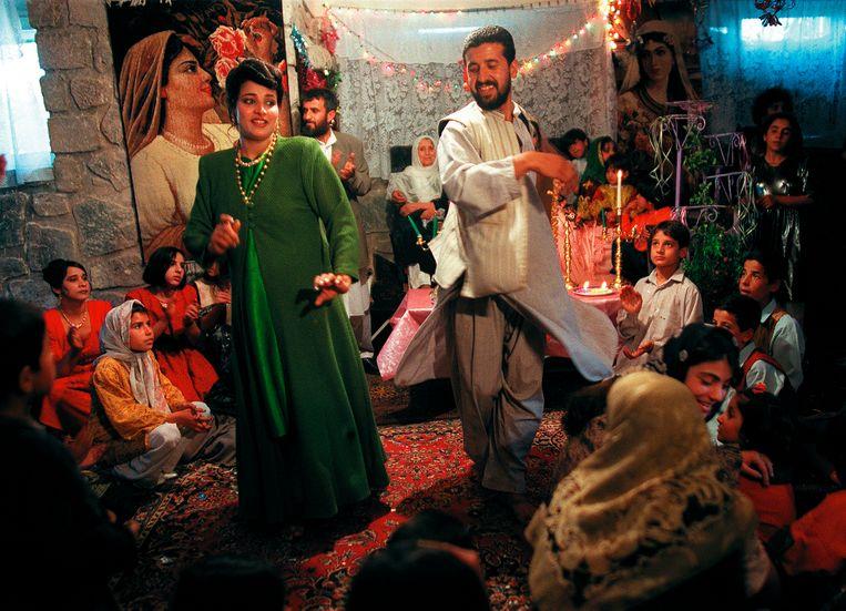 Een underground huwelijksfeest in Herat, maart 2001. Op de playlist: Iraanse muziek en de soundtrack van Titanic. Beeld © Lynsey Addario / 2021 The Atlantic Monthly Group, Inc.   All rights reserved. Distributed by Tribune Content Agency