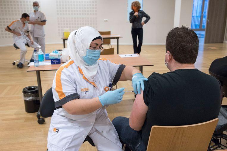 Het Maasstad Ziekenhuis in Rotterdam is donderdag begonnen met vaccineren van de ic-verpleegkundigen.  Beeld Arie Kievit