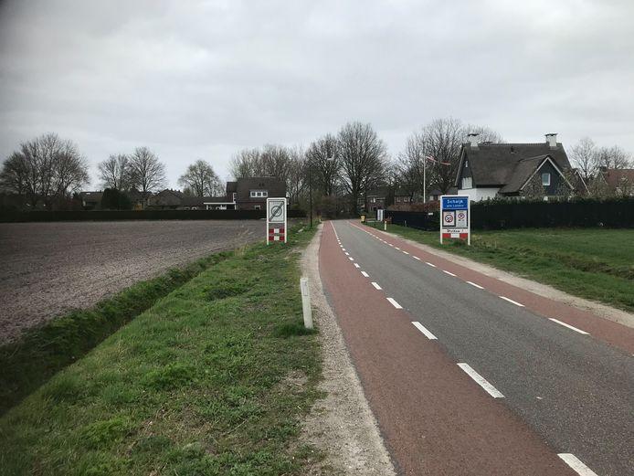 Op de komgrens aan 't Munpad staan  nu alleen verkeersborden. Straks komt er een 'poortconstructie'.