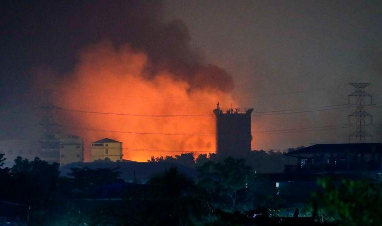 In brand gestoken Chinese fabrieken in de buitenwijken van Yangon.  Beeld EPA