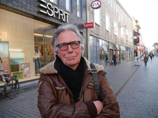 """Christiaan Schraven in de Bredase Ginnekenstraat, zijn geboortegrond.  """"Ik kom er regelmatig. Als ik dan door mijn oogharen kijk, zie ik die oude sfeer van vlak na de oorlog zo weer voor me."""""""