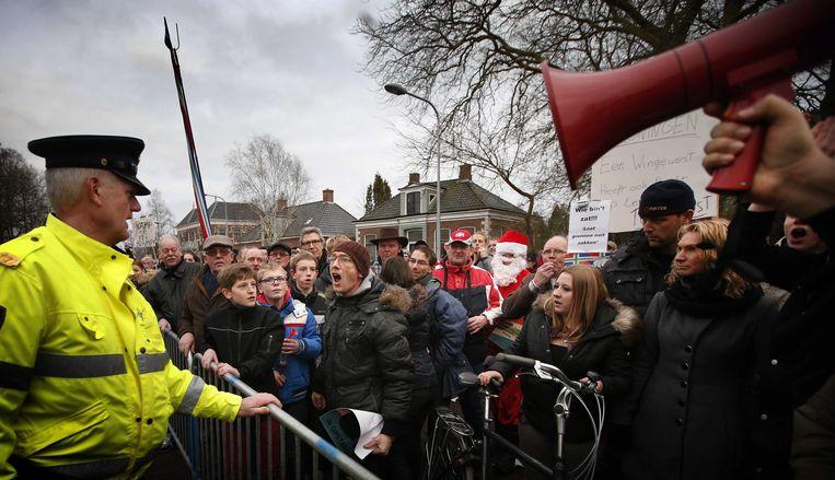Demonstranten bij de persconferentie van toenmalig minister van economische zaken Henk Kamp over gaswinning in Groningen, 2014. Beeld EPA