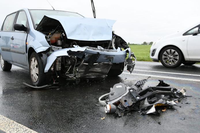 De auto raakt flink beschadigd van de klap.