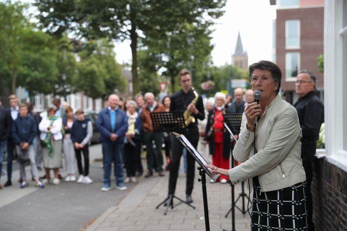Lisette Veeneman houdt een korte toespraak bij haar vroegere ouderlijk huis in Son.