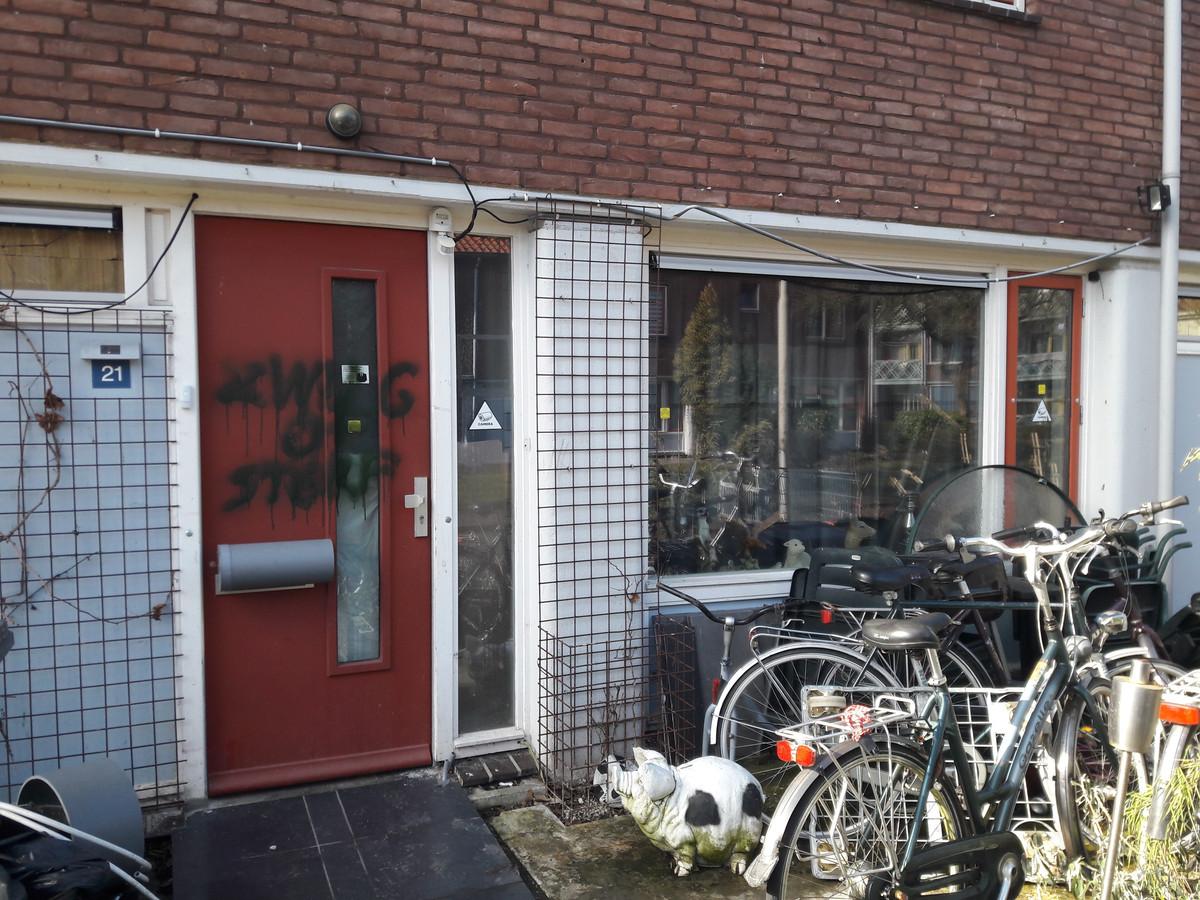 De voordeur van de woning van Vriesema is beklad. De Amersfoorter ligt al geruime tijd met de autoriteiten overhoop.