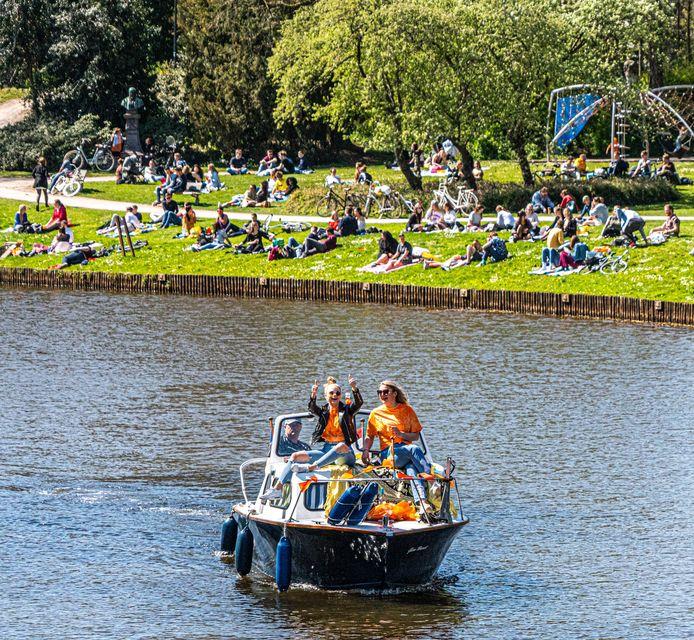 Met een bootje door de Zwolse gracht, hier op Koningsdag dit jaar. Het mag, zolang de snelheid maar niet boven de 6 kilometer per uur ligt.