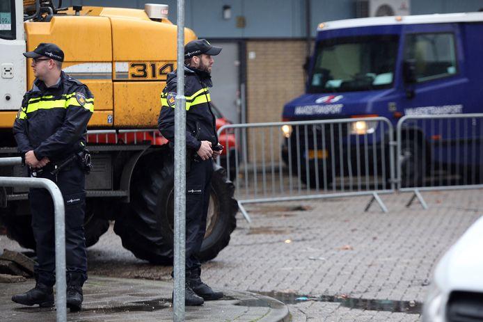 Politieagenten in de Hoge Vucht, nadat er in winkelcentrum Moerwijk een plofkraak is gepleegd.
