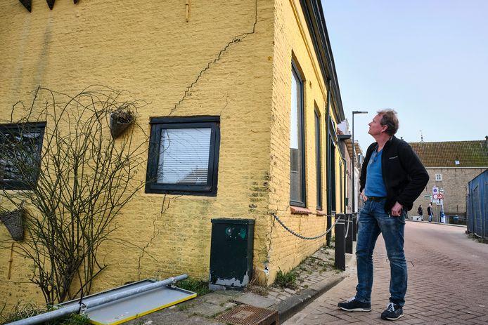 Wouter de Nie bekijkt de schade aan het familiepand op Noorddijk 6 in Maassluis.