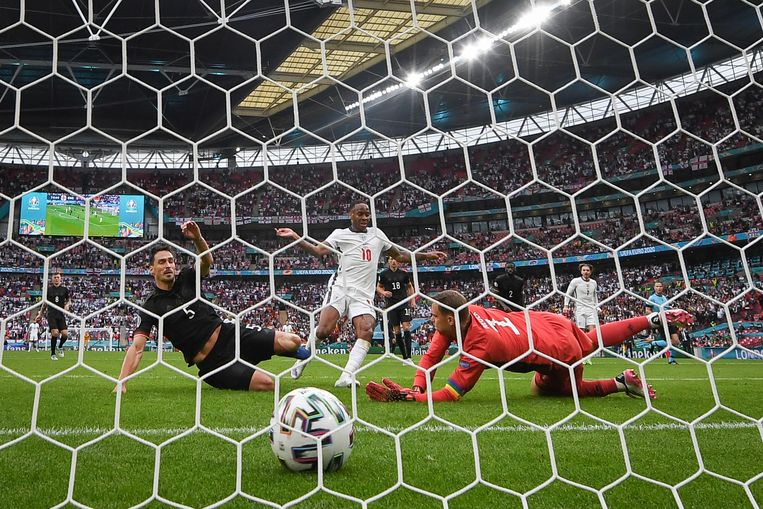 Sterling legt de 1-0 tegen Duitsland tegen de netten in de achtste finale. Beeld Reporters / DPA