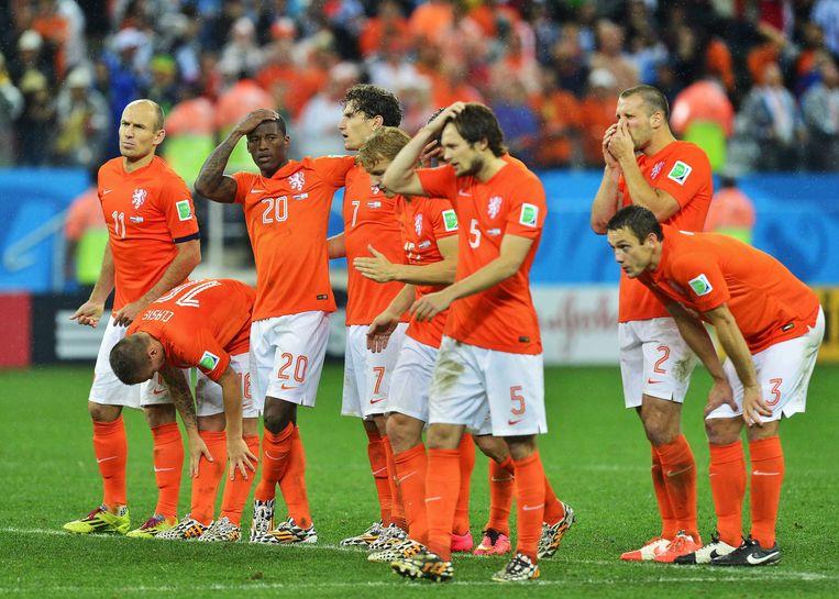 Daley Blind (nummer 5) en andere Oranje-spelers na de verloren strafschoppenserie in de halve finale van het WK van 2014 tegen Argentinië. Beeld EPA