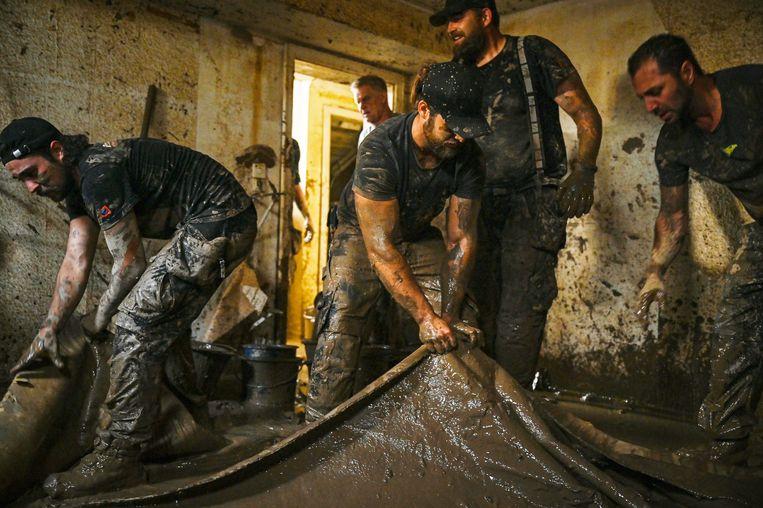 Vrijwilligers helpen mee met het opruimen in een overstroming in Duitsland. Beeld Lena Mucha/ANP