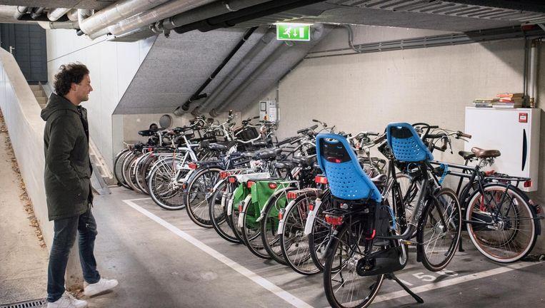 Vikenti Kumanikin van Flickbike op zoek naar een verdwenen fiets van zijn bedrijf in een Amsterdamse parkeergarage. Beeld Simon Lenskens
