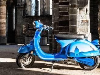 Kunstzinnige scooter te bewonderen in kunstgalerij
